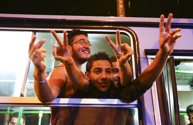 Migranten in een bus richting Oostenrijk en Duitsland in Boedapest. Beeld null