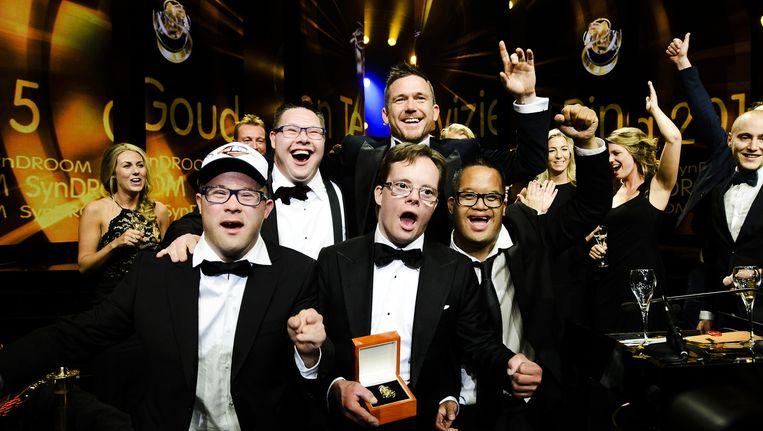 Deelnemers van Syndroom vieren dat zij de Gouden Televizier-Ring 2015 hebben gewonnen voor beste tv-programma. Beeld anp