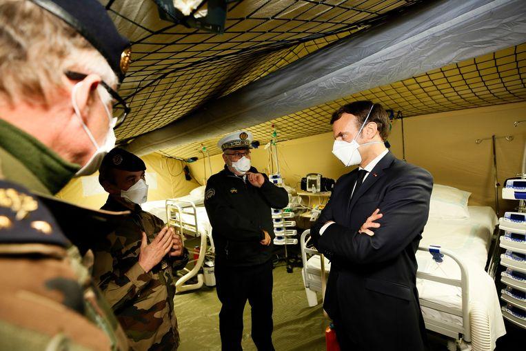 President Emmanuel Macron heeft woensdag een militair ziekenhuis in Mulhouse bezocht. In het noordoosten van Frankrijk liggen meer dan 3.000 coronapatiënten in ziekenhuizen, van wie meer dan 650 op de intensive care.