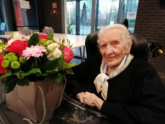 Julia Meulemeester (107) verblijft in het woonzorgcentrum Ter Luchte in Ruddervoorde.