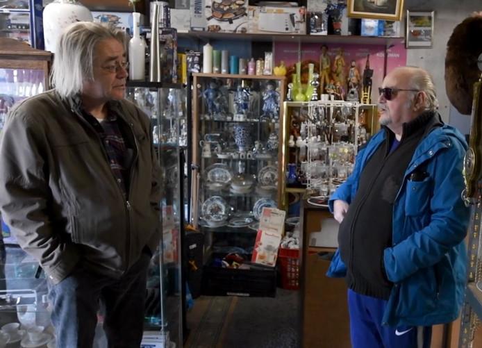 Een videostill uit 'Berichten uit de Buurt #1': Paul Waijers met Herschel van der Padt.