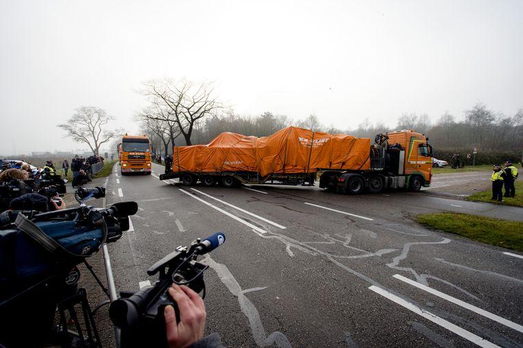 De wrakstukken van vlucht MH17 komen aan, met acht vrachtwagens, op vliegbasis Gilze-Rijen in december. Beeld anp