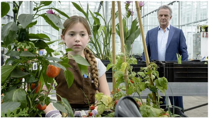 Puck van Stijn heeft in de kas waar de zwarte tulp wordt gekweekt, weer paranormaal contact met haar overleden opa, gespeeld door Huub Stapel.