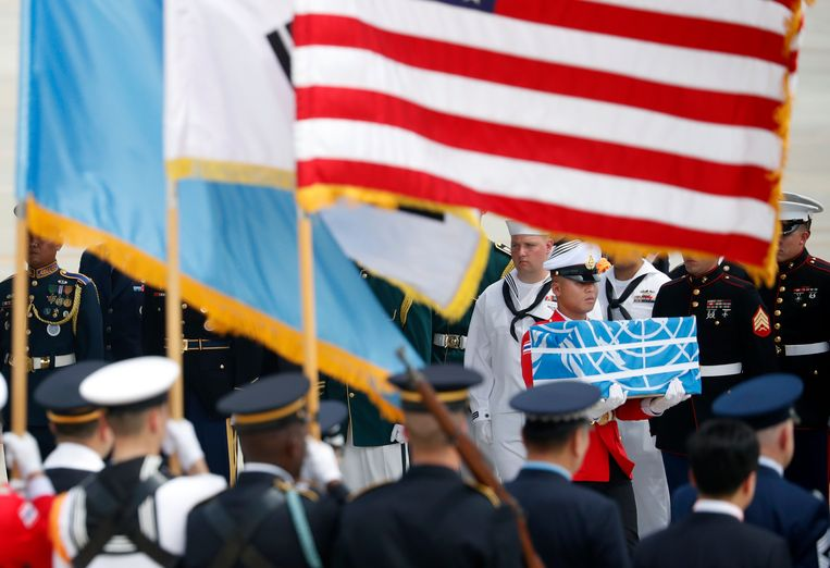 Een soldaat draagt een kist met de resten van een Amerikaanse VN-soldaat die tijdens de Koreaanse oorlog werd gedood. Archieffoto.