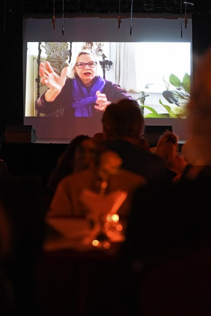 José van der Valk kon voor het tweede jaar op rij niet bij de uitreiking van de Cultuurprijs zijn. Ze werd thuis geïnterviewd, dit werd uitgezonden op een groot scherm.