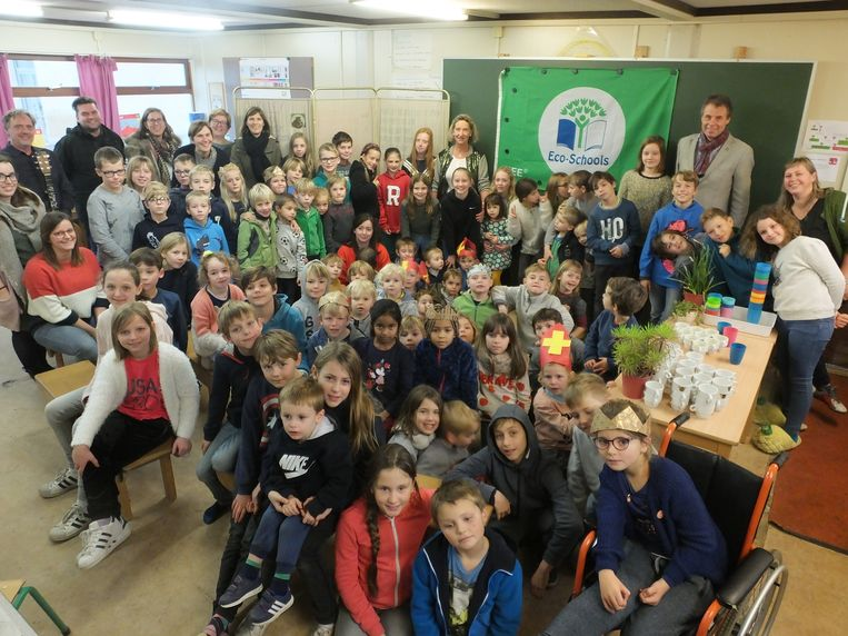 De leerlingen van De Sterrebloem met hun Groene Vlag.