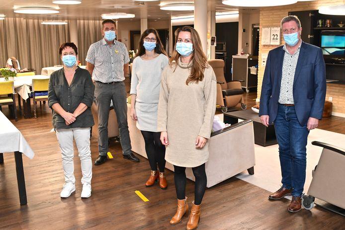 Lieve Cornette, Philippe Schollaert, Sara Kindt, Eowyn Van de Putte en Bart Wenes stelden de aangepaste verlichting in De Bron voor.