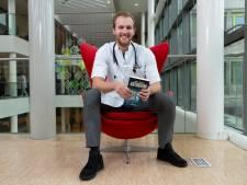 Dokter Stef (23) is summa cum laude afgestudeerd, werkt in ziekenhuis én schrijft 'eventjes' een thriller