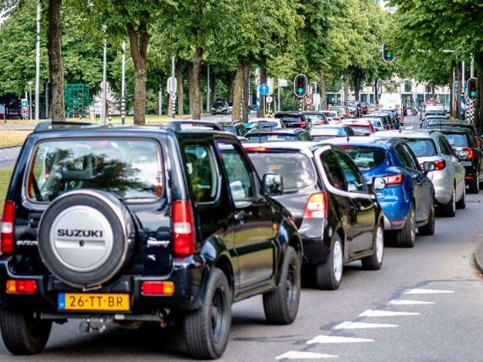 De files in en rond Rotterdam dreigen na de zomervakantie in alle hevigheid terug te keren, omdat mensen het openbaar vervoer mijden.