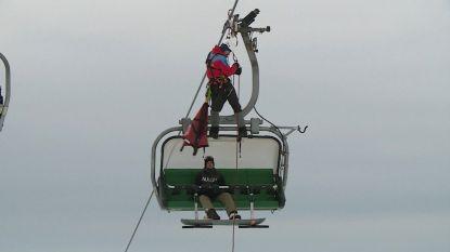 VIDEO. Spectaculaire redding: 110 skiërs geëvacueerd uit skilift door omgevallen boom