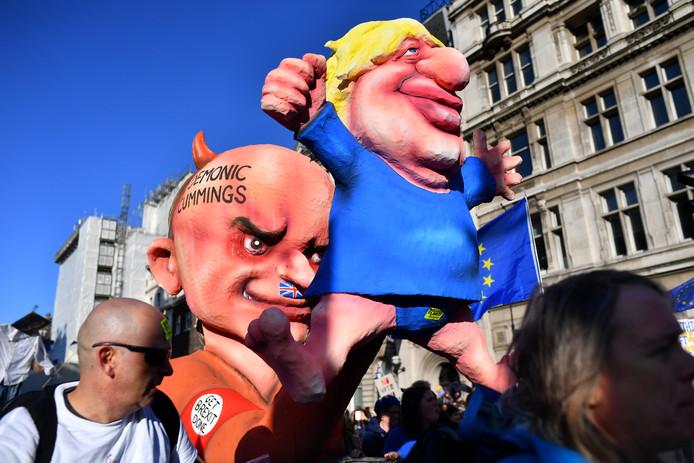 Poppen van de Britse premier Boris Johnson en zijn speciale adviseur Dominic Cummings.