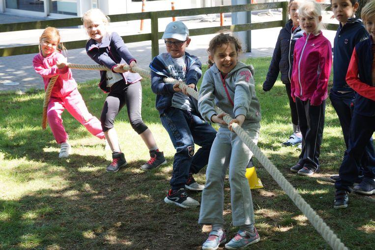 De kinderen van het eerste leerjaar van de vrije basisschool in Sleihage zetten de tanden stevig op elkaar tijdens het touwtrekken.