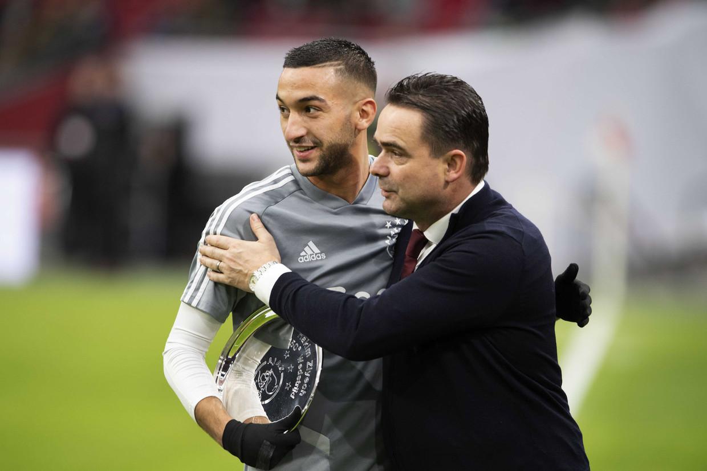 Ajaxdirecteur Marc Overmars met Hakim Ziyech, die overstapt naar Chelsea. Beeld Hollandse Hoogte/EPA