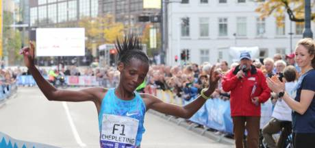 Eliud Kipchoge inspireert winnares Betty Chepleting in Marathon Eindhoven