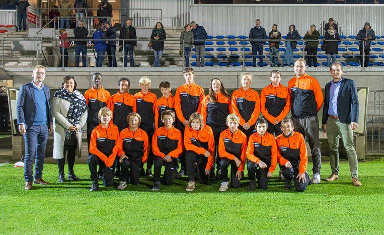 De eerste leerlingen van de voetbalopleiding bij SK Deinze.