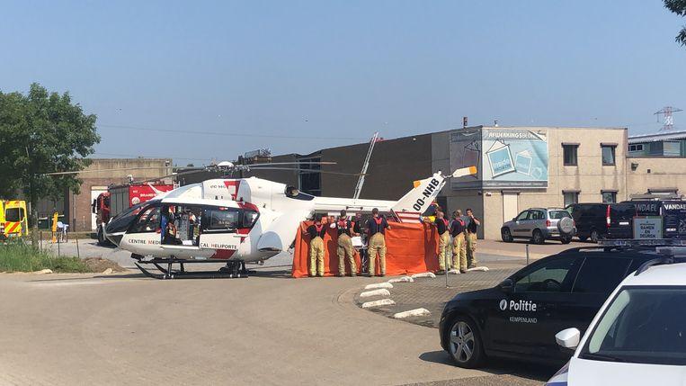 De brandweer helpt de 29-jarige Engin I. in de helikopter.