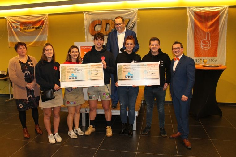 Afdelingsvoorzitter Annicq Lemmens en Schepen van Jeugd Thomas Dubois overhandigden samen met burgemeester Erik Van Roelen de cheques van telkens 600 euro aan JC sfinx en Chiro Loksbergen.