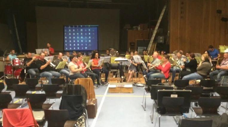 Muziekmaatschappij SMO luistert het aperitiefconcert van Landelijke Godveerdegem op.