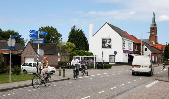 Rapenburg, nu nog de doorgaande weg in Vogelwaarde richting Hengstdijk en Kloosterzande, archieffoto.