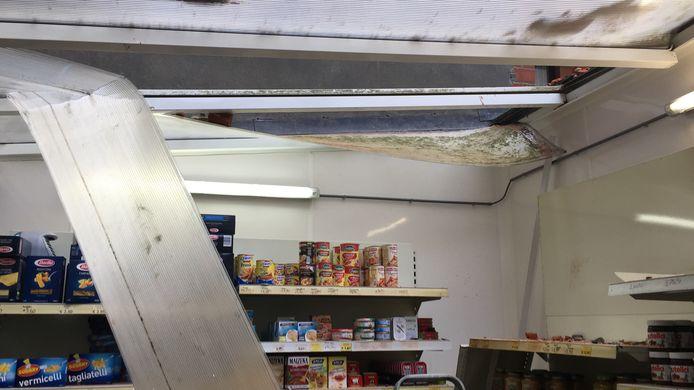 Het plat dak raakte ernstig beschadigd.