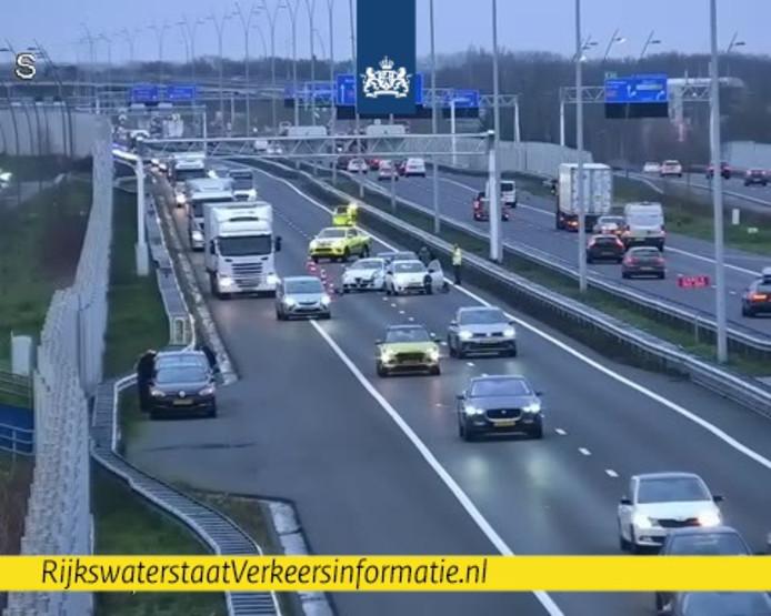 Het verkeer op de A2 richting Den Bosch gaat over de vluchtstrook door ongeluk voorbij knooppunt De Hogt.