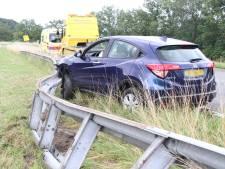 Auto vliegt uit de bocht op oprit bij Holten en vernielt 15 meter aan vangrail