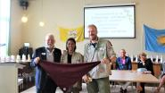 Scouts van Zonhoven en Gayndah uit Australië wisselen sjaaltjes uit