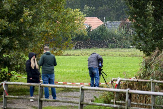 De politie doet onderzoek bij de boerderij aan de Buitenhuizerweg in Ruinerwold.
