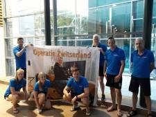 Sponsoren zwemmen 3250 euro voor elkaar voor Roy uit Nijverdal