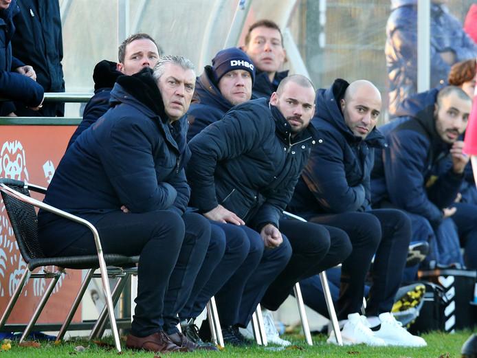 De technische staf van DHSC 1 met links hoofdcoach John Vink; Wesley Sneijder (m) heeft ook plaatsgenomen op de bank .