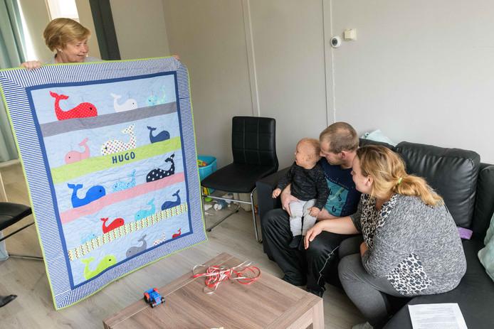 WESTERHAAR - Nadja Kist, Hugo en Rick Broekate nemen dekentje in ontvangst gemaakt door Jos Groothuis die dekentjes maakt voor zieke kinderen.