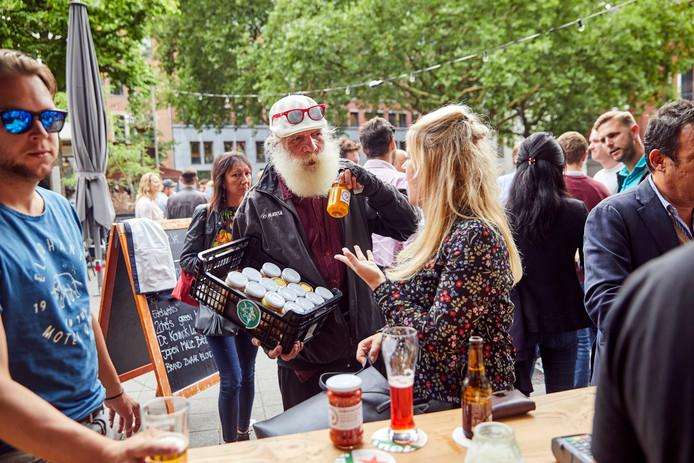 Maurice Declerq, de Sambalman, verkoopt op een Rotterdams terras. ,,Een beetje heet, maar wel lekker'', prijst hij zijn sambal aan.