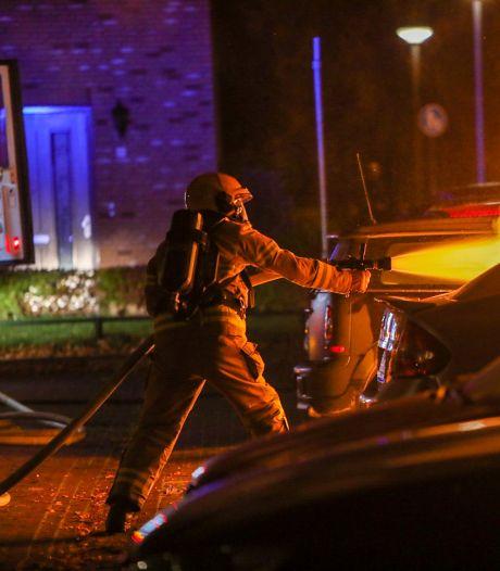 Nachtelijke vlammenzee verwoest drie auto's in Apeldoorn