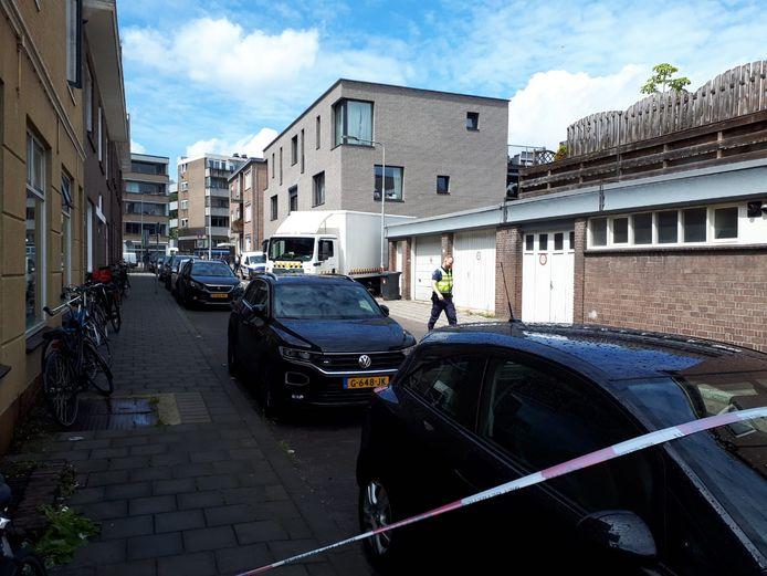 De entree van het appartementengebouw aan de Reinaldstraat in Arnhem waar het schietincident plaatsvond.