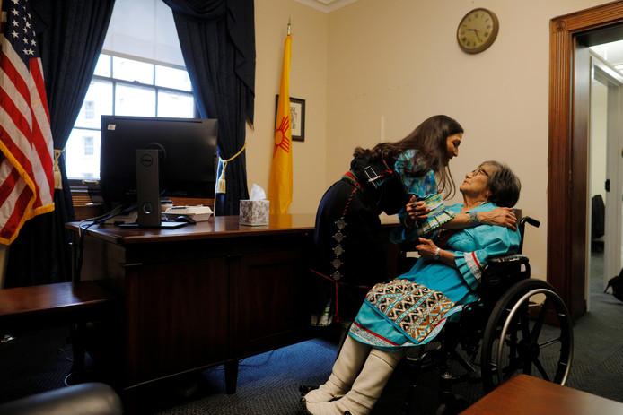 Deb Haaland laat haar moeder - in indiaanse kledij - haar nieuwe werkkamer zien in het parlement. Haaland is een van de twee allereerste volksvertegenwoordigers van indiaanse afkomst.