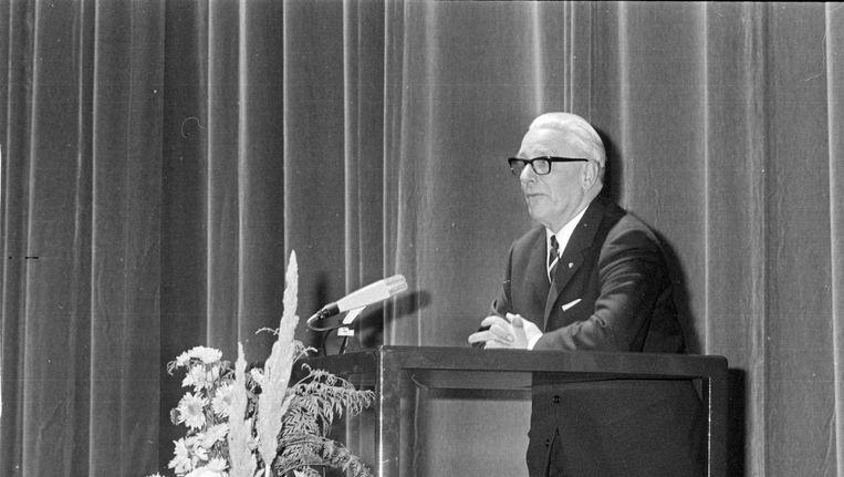 Piet Mijksenaar bij zijn afscheid in 1966 in de RAI. Beeld anp