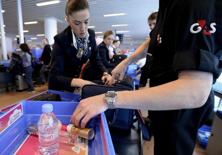 Een veiligheidsmedewerker van G4S is aan het werk op de luchthaven van Zaventem.
