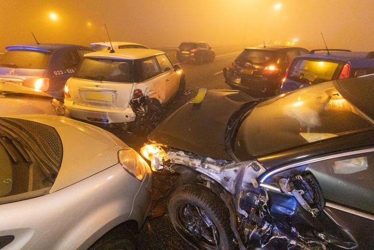 Dertig tot veertig auto's reden in dichte mist op elkaar op de A7 bij Joure.  Beeld ANP