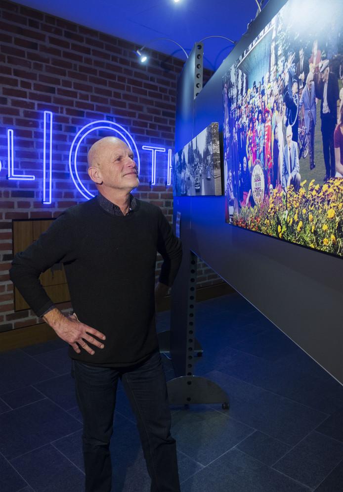 Johan Huis in 't Veld bij zijn foto van bekende Nijverdallers in de Sgt. Pepper's Lonely Hearts Club Band (Beatles) cover-foto.
