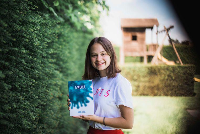 Sanne Claus samen met haar boek '5 weken'.