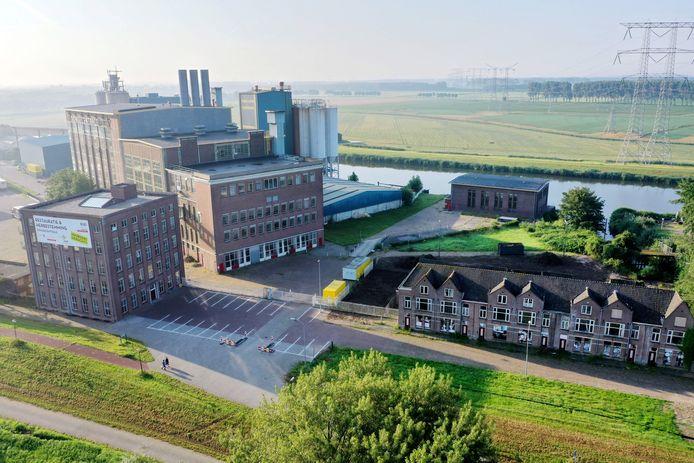 De Dongecentrale met links vooraan het kantoorgebouw.  in het midden achteraan het (lagere) Filterhuis en rechts de dienstwoningen.