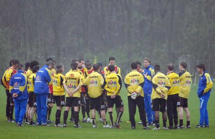Aad de Mos (vijfde van rechts) licht de spelers van Vitesse in over zijn ontslag als hoofdtrainer van de Arnhemse voetbalclub. Foto Jan Wamelink
