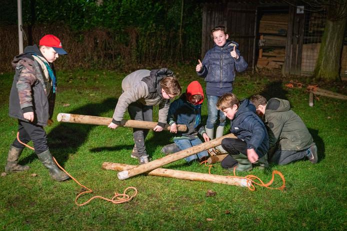 De scouts tijdens hun opkomst vrijdagavond. Ze moesten een vlot bouwen. Deze groep heeft nog wel leiding.