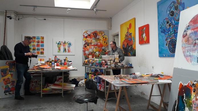 Ad Verstijnen wordt in zijn atelier op de foto gezet door BD-fotograaf Marc Bolsius.