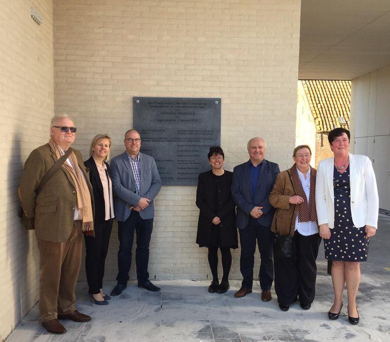 Afgelopen weekend werd een gedenkplaat aan de woningen gezet en werd alles geopend door de burgemeester en Tom Van Hauwermeiren ( links achteraan).