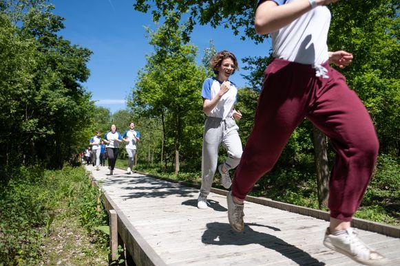 Feestelijke opening van de Wilgernis in het Mechelse Vrijbroekpark. Leerlingen van Ursulinen liepen het pad in.