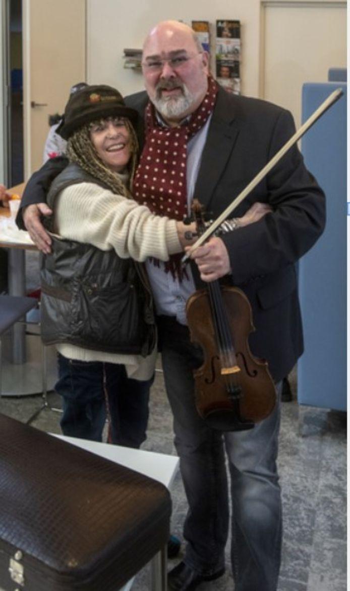 Tonnie van den Herik omhelst Roma Mirando in de daklozenopvang aan de Kastanjelaan.