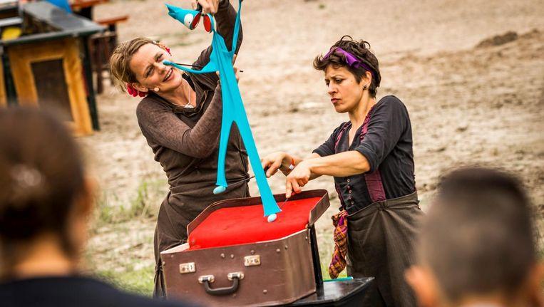 Bezoekers tijdens het 'Festival Op t Eiland' - dat plaatsvond op het Veur-Lent eiland midden in rivier de Waal - onderdeel van de Vierdaagsfeesten die de week van de afstandsmarsen inluiden. Beeld anp