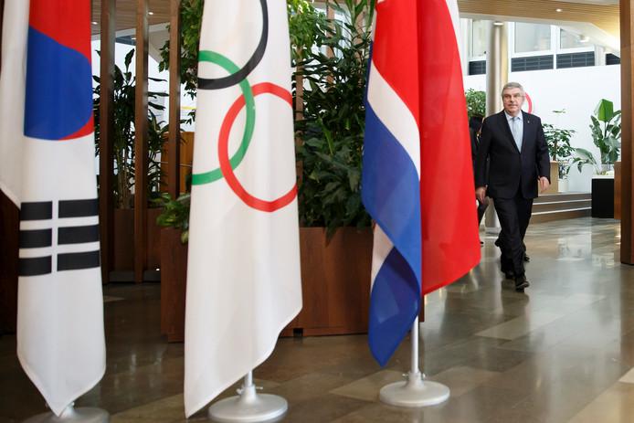 Thomas Bach (rechts) in Lausanne vlak voor de ontmoeting met de beide Korea's.