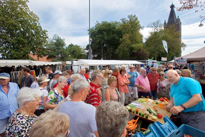 Jaarmarkt in het centrum van Chaam, met natuurlijk ook de traditionele wedstrijd voor standwerkers; wie brengt zijn of haar waren het beste aan de man of vrouw ?